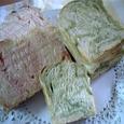 イチゴと抹茶味の折込シートのパン